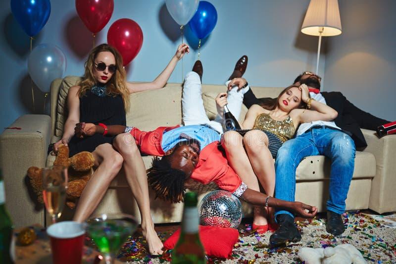 Vermoeide en dronken vrienden na partij stock fotografie