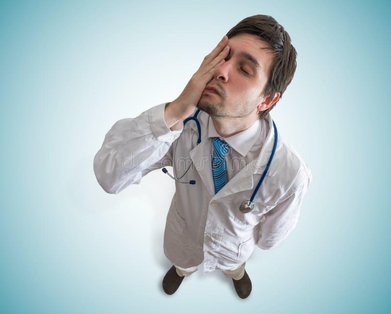 Vermoeide en uitgeputte arts Mening vanaf bovenkant royalty-vrije stock afbeeldingen