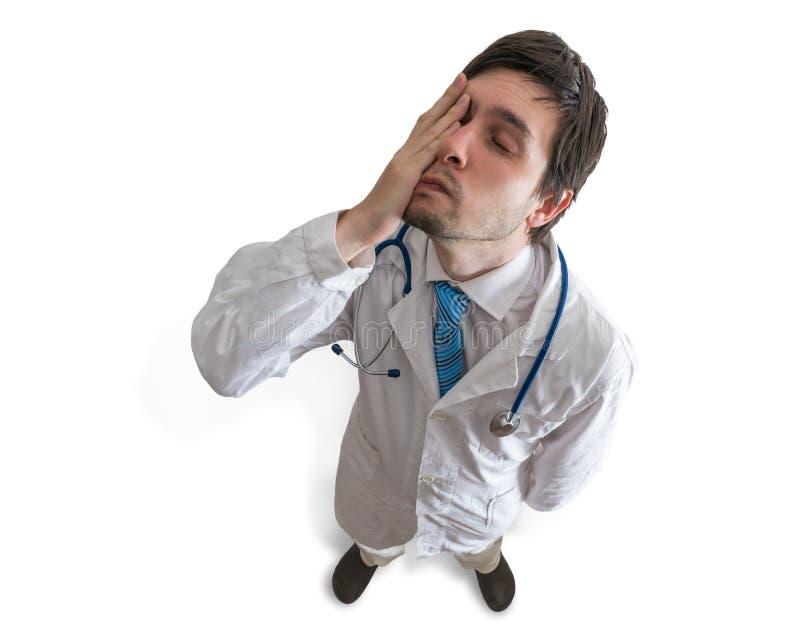 Vermoeide en uitgeputte arts Mening vanaf bovenkant Geïsoleerd op wit stock foto