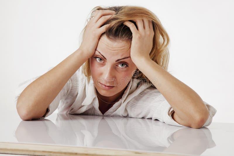 Vermoeide en uitgeputte vrouw die in bureau psychologische portr werken royalty-vrije stock fotografie