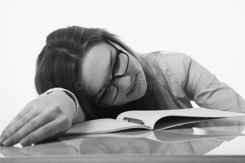 Vermoeide en uitgeputte vrouw die in het psychologische bureau werken royalty-vrije stock afbeeldingen