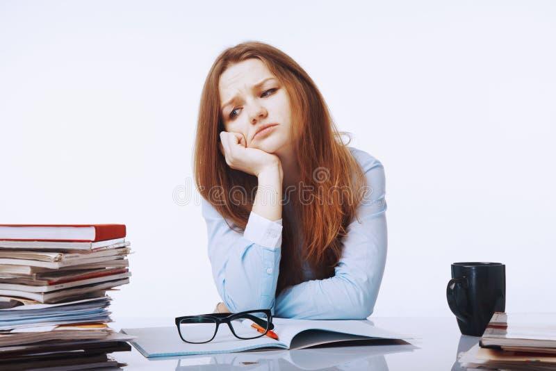 Vermoeide en uitgeputte vrouw die met documentenpsychologica werken stock afbeelding