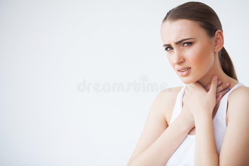 Vermoeide Hals Mooie Vrouw die aan Pijn, Pijnlijk Gevoel lijden royalty-vrije stock foto's