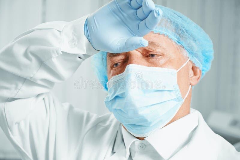 Vermoeide hogere mensenchirurg stock foto's