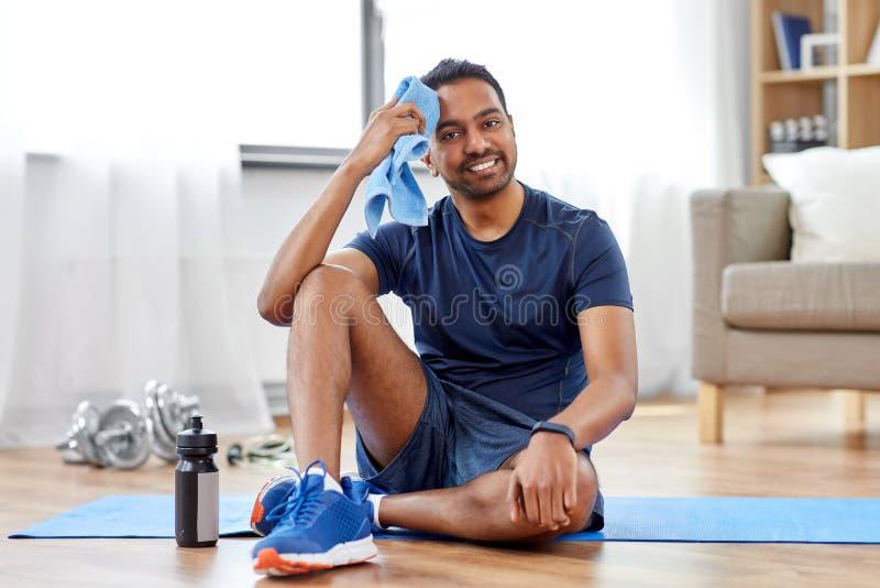 Vermoeide Indische mens met handdoek na thuis opleiding royalty-vrije stock foto