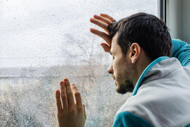 Vermoeide jonge mens die aan scherpe pijn, mannelijke drugverslaafde bij rehabkliniek lijden royalty-vrije stock afbeeldingen