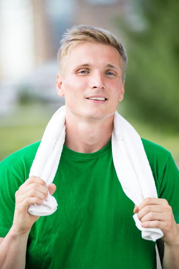 Vermoeide mens na geschiktheid tijd en het uitoefenen Met witte handdoek royalty-vrije stock afbeeldingen