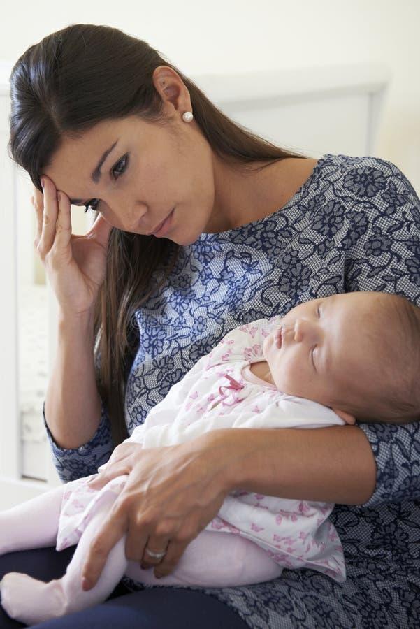 Vermoeide Moeder die aan Postnatal depression lijden stock foto's