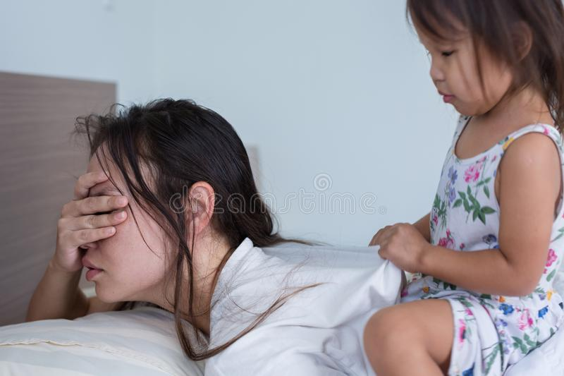 Vermoeide ongelukkige moeder met haar kind thuis royalty-vrije stock fotografie