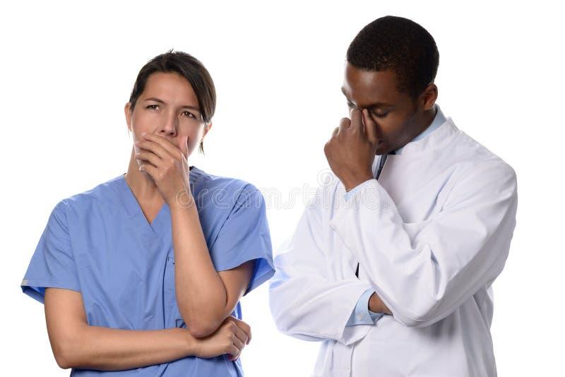 Vermoeide ongerust gemaakte arts en verpleegster stock fotografie