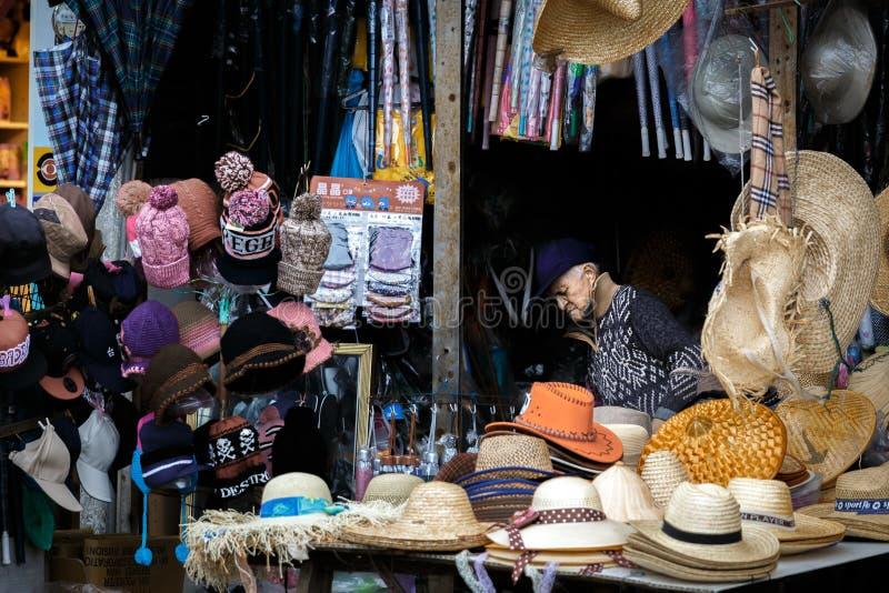 Vermoeide oude mensenslaap bij zijn box in Taiwan royalty-vrije stock fotografie