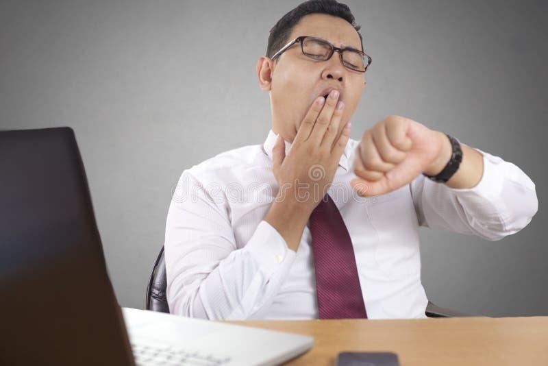 Vermoeide Slaperige Aziatische Zakenman Having Overworked stock foto's