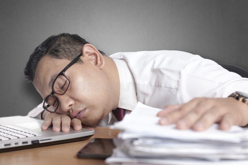Vermoeide Slaperige Aziatische Zakenman Having Overworked stock foto