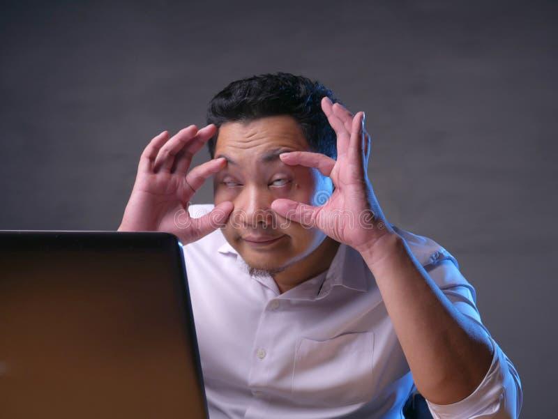 Vermoeide Slaperige Aziatische Zakenman Having Overworked stock afbeeldingen