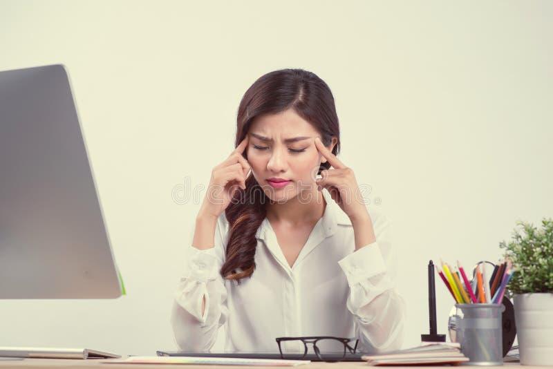 Vermoeide slaperige vrouw geeuw, die bij bureau werken Overwerken en royalty-vrije stock afbeeldingen