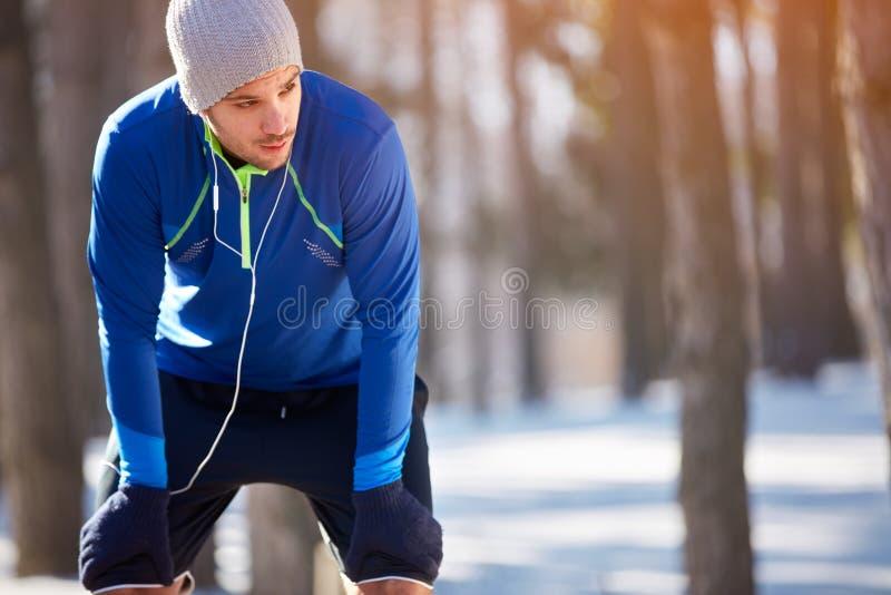 Download Vermoeide Sportman Op Onderbreking Stock Foto - Afbeelding bestaande uit persoon, adem: 107705874