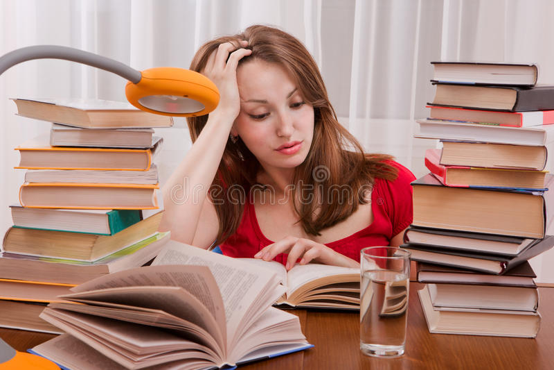 Vermoeide student die een heeft te lezen. royalty-vrije stock afbeeldingen