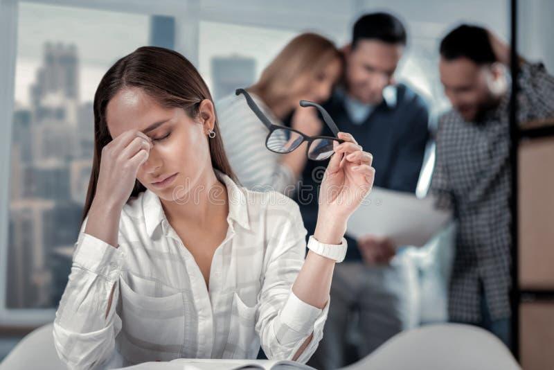 Vermoeide vrouw die in het bureau werkt royalty-vrije stock fotografie