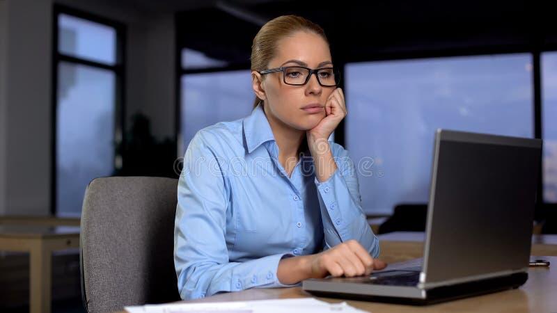 Vermoeide vrouw die over bedrijfsproject, het werk overuren, gebrek denken aan ideeën royalty-vrije stock afbeeldingen