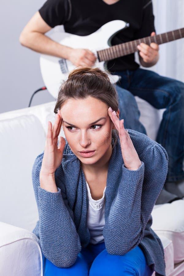 Vermoeide vrouw en man het spelen gitaar stock foto