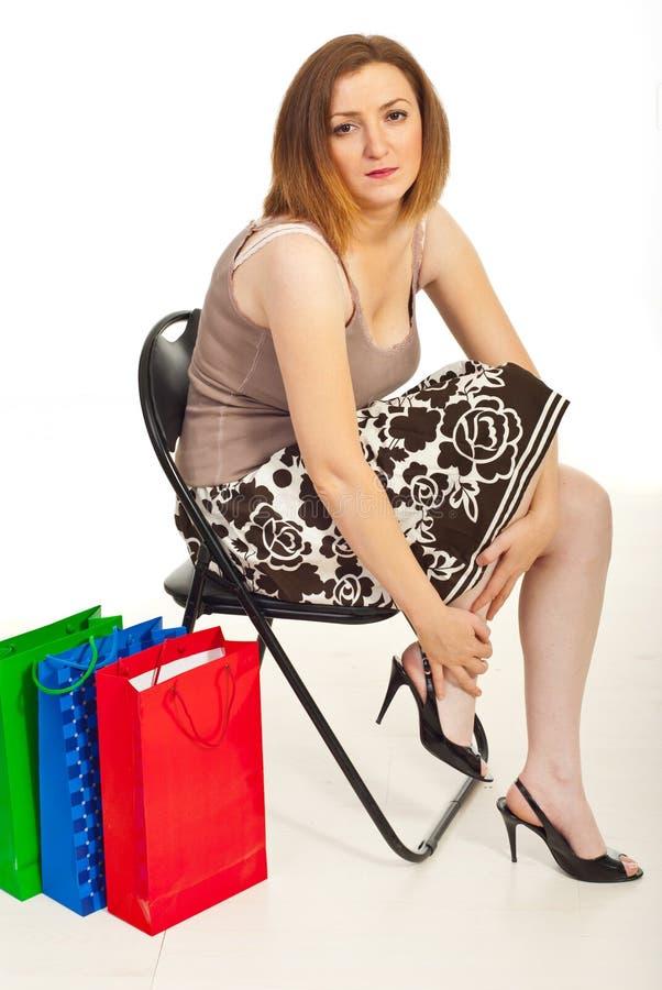 Vermoeide vrouw met het kwetsen van benen royalty-vrije stock foto