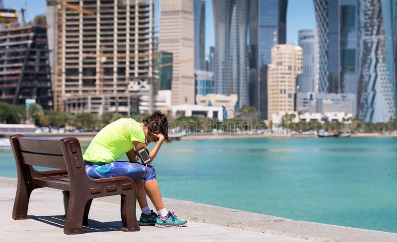 Vermoeide vrouwelijke agent op de Corniche-Straat royalty-vrije stock foto's