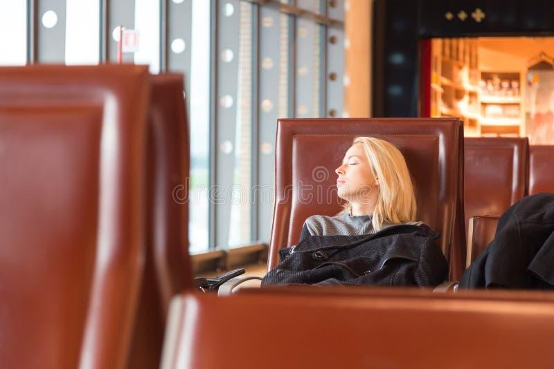 Vermoeide vrouwelijke reiziger die op vertrek wachten royalty-vrije stock foto's