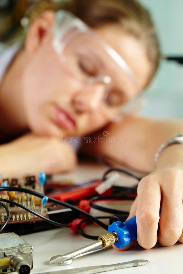 Vermoeide vrouwelijke technicus royalty-vrije stock foto