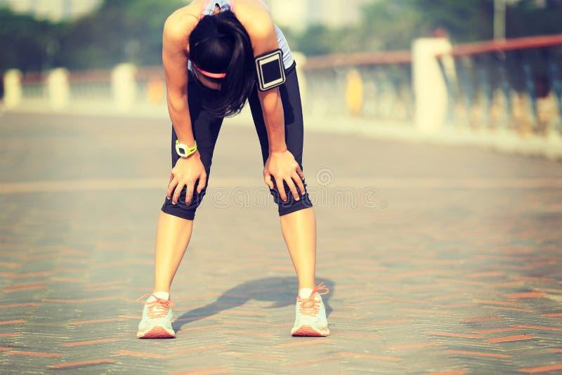 Vermoeide vrouwenagent die een rust na hard het lopen nemen stock foto's
