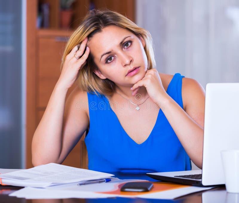 Vermoeide vrouwenwerknemer die administratie doen stock afbeelding