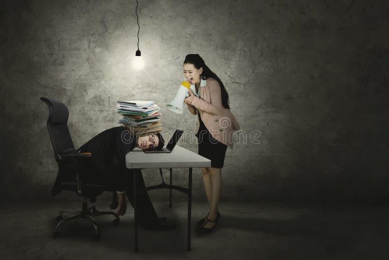 Vermoeide zakenman die door zijn werkgever worden geschreeuwd royalty-vrije stock afbeelding