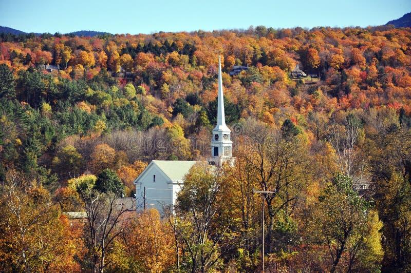 Vermont-Kirche und Fall-Laub lizenzfreie stockfotografie