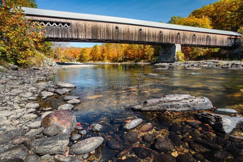 Vermont täckte bron i höst royaltyfri bild