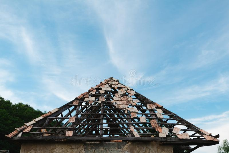 Vernachlässigtes Dach mit einige Dachplatten noch auf- Versicherung stockbild