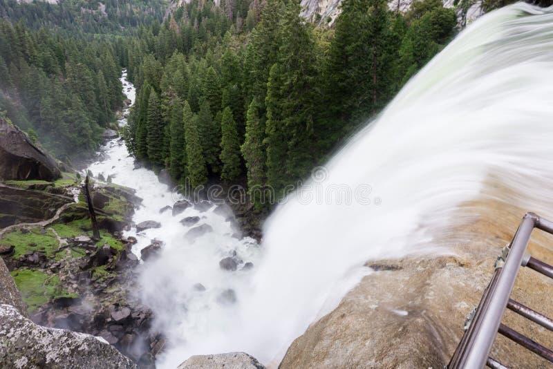 Vernal nedgångar och dalen under på en dimmig morgon, Yosemite nationalpark, Kalifornien arkivfoton