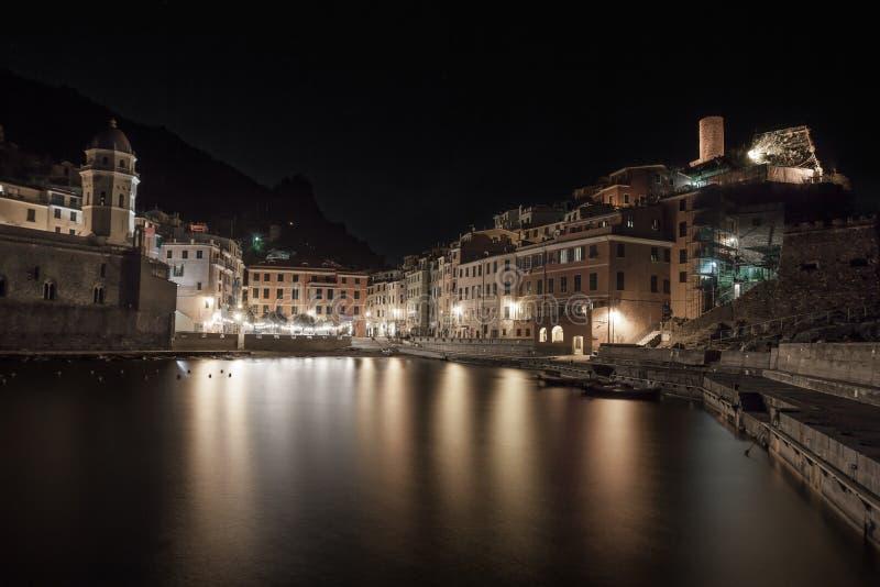 Vernazza,在港口和村庄地平线的晚上照片。 Cinque terre,利古里亚意大利 免版税库存照片