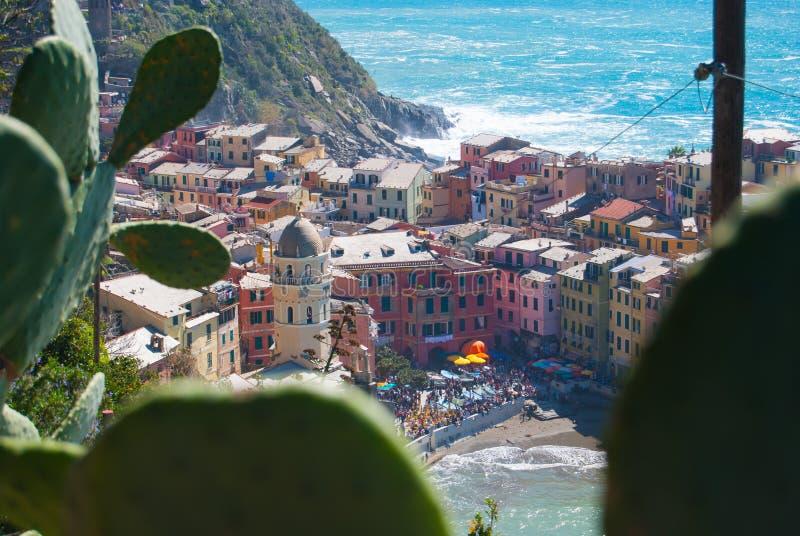 Vernazza που βλέπει άνωθεν μέσω ενός τραχιού αχλαδιού - Λα Spezia στοκ εικόνα