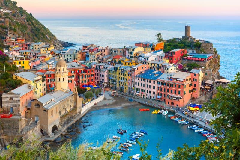 Vernazza al tramonto, Cinque Terre, Liguria, Italia immagini stock