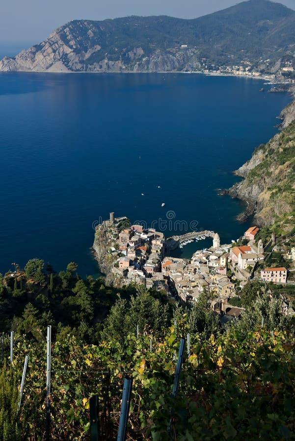 Vernazza, ein Dorf und Weinberg in Cinque Terre Panorama des Dorfs von Vernazza und der Weinberge des Shiacchetr stockfotos