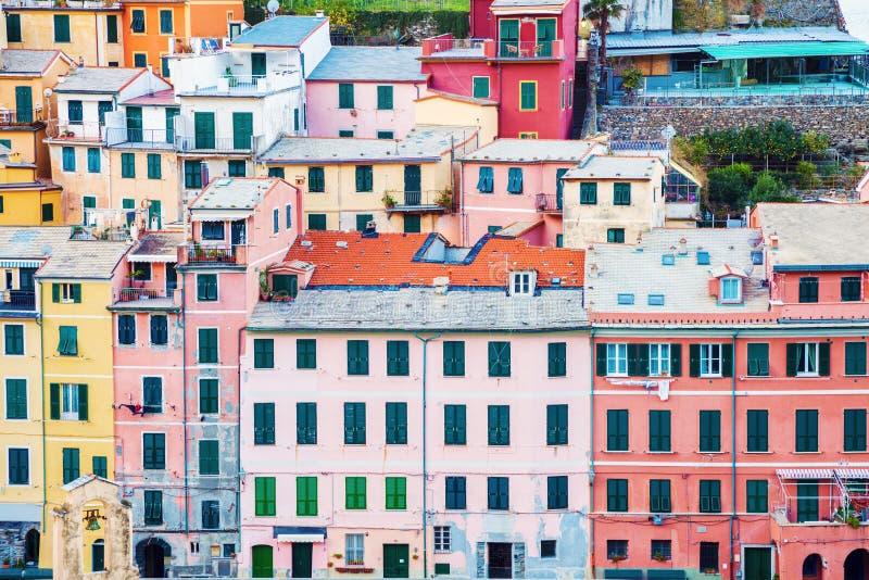 Vernazza - färgrik arkitektur royaltyfri foto