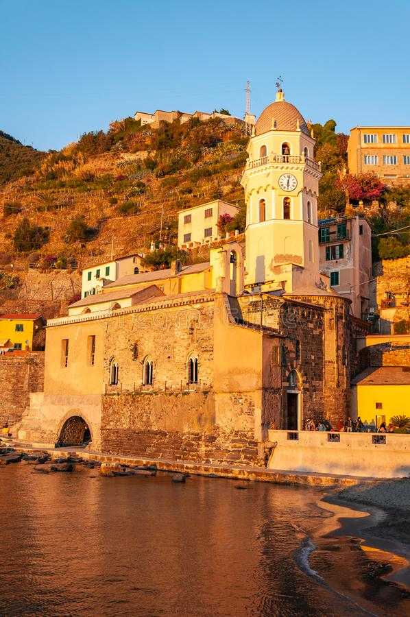 Vernazza i Cinque Terre p? solnedg?ngen, Italien royaltyfria bilder