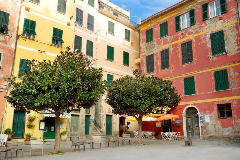 VERNAZZA, IT?LIA - 18 DE NOVEMBRO DE 2018: Casas pasteis de Vernazza, sobre das cinco vilas de Cinque Terre, Liguria, It?lia imagem de stock