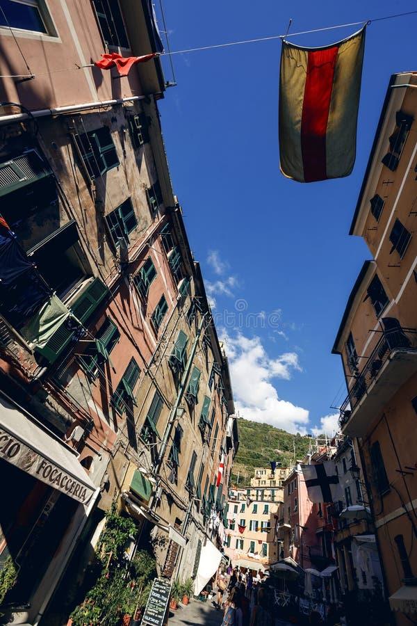 Vernazza och havet seglar utmed kusten i Cinque Terre, Italien royaltyfria foton