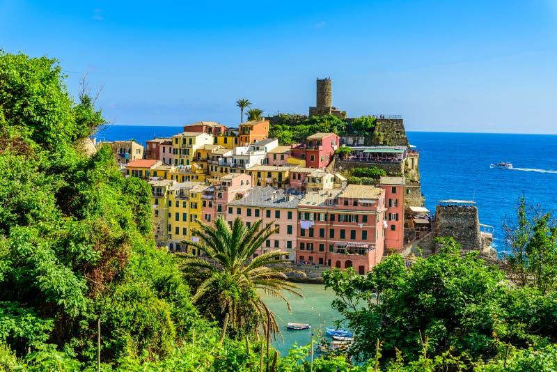 Vernazza - pueblo de Cinque Terre National Park en la costa de Italia Colores hermosos en la puesta del sol Provincia del La Spez foto de archivo