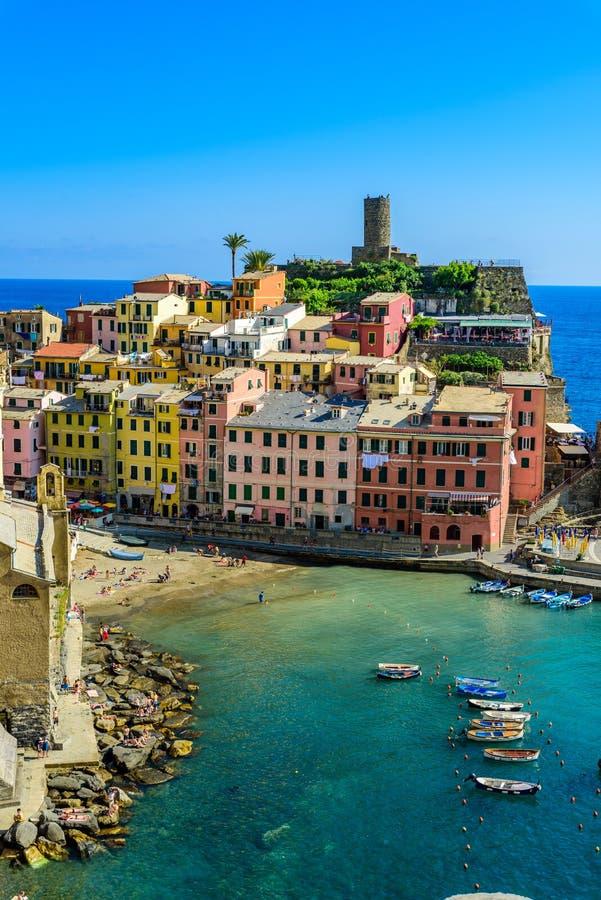 Vernazza - vila de Cinque Terre National Park na costa de It?lia Cores bonitas no por do sol Prov?ncia do La Spezia, Liguria, den fotos de stock