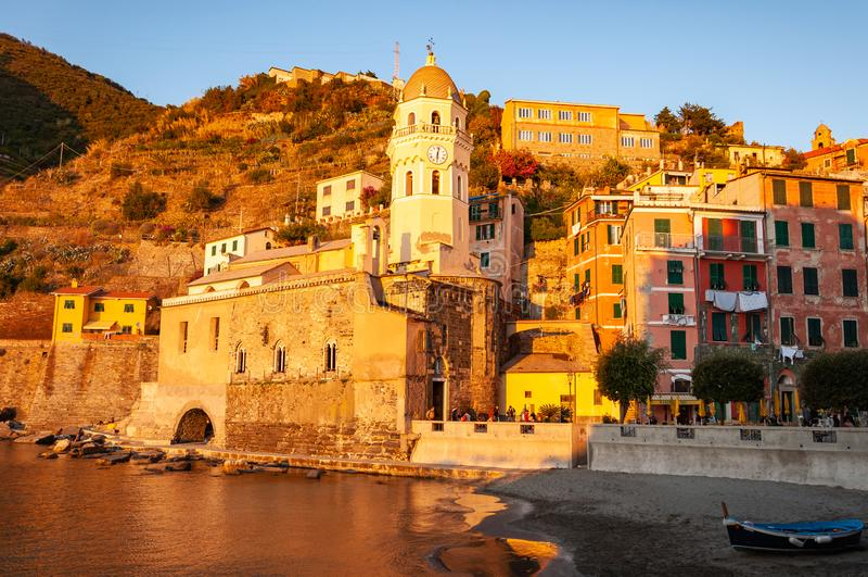 Vernazza w Cinque Terre przy zmierzchem, W?ochy fotografia royalty free