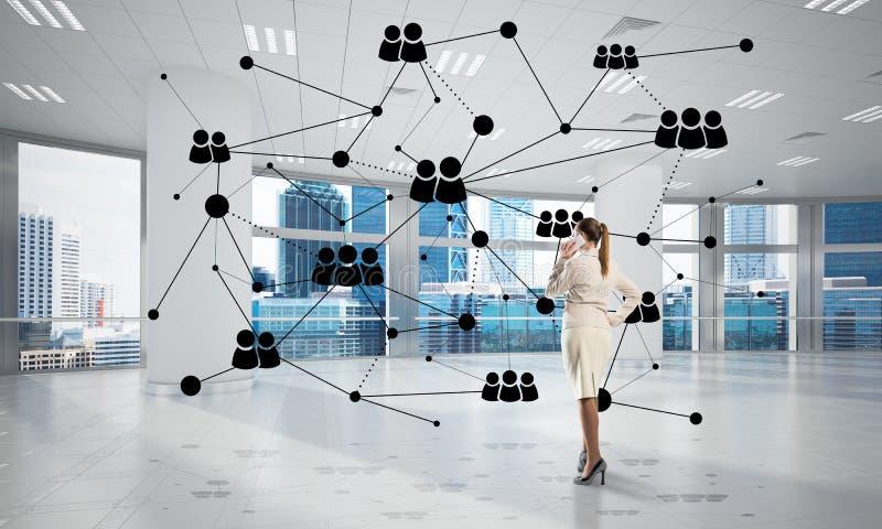 Vernetzung und Sozialkommunikationskonzept als effektiver Punkt für modernes Geschäft lizenzfreie stockfotos