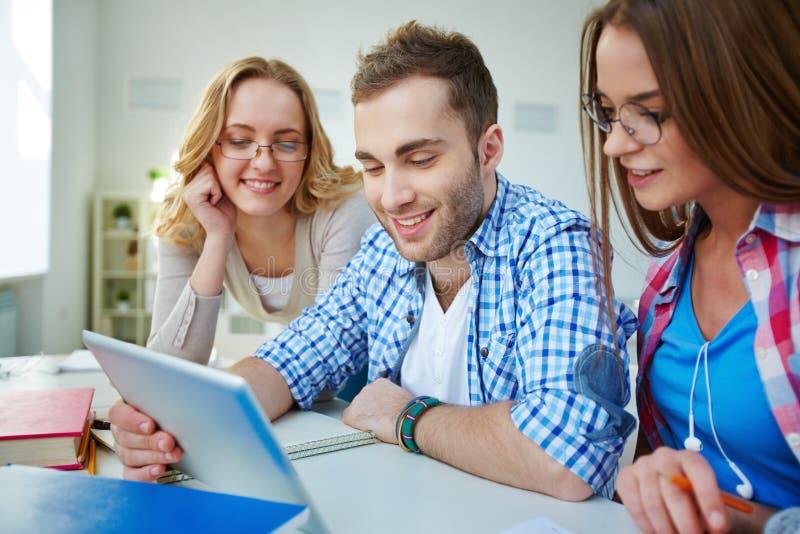 Vernetzungsstudenten stockbilder