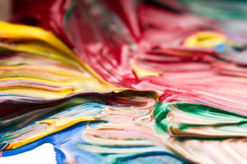 Vernice mescolantesi della spazzola sulla gamma di colori fotografia stock