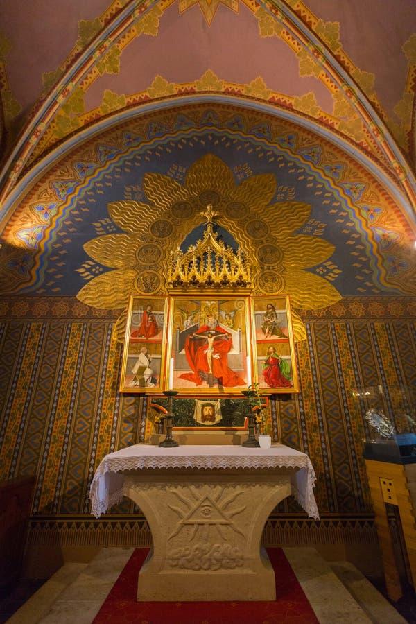 Verniciatura della crocifissione di Lord Jesus Christ e dei san nella cappella di Matthias Church, l'Ungheria fotografie stock
